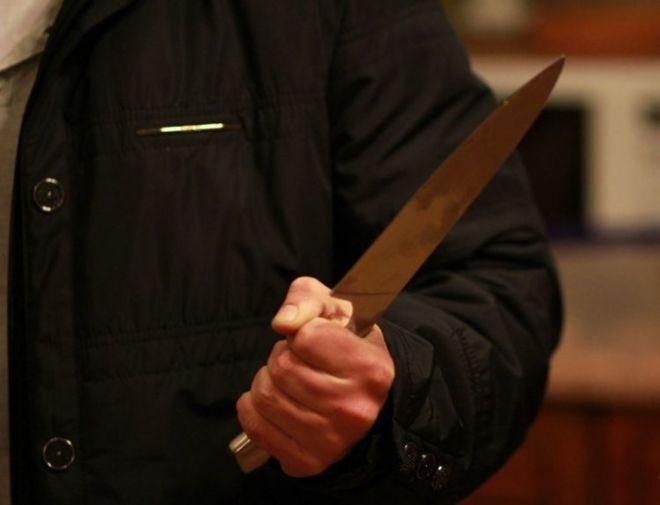 Ağsuda dəhşət: arvadını namaz qılarkən bıçaqladı