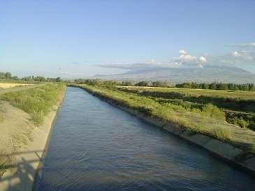 Ağdaşda maşın su kanalına düşdü: Bir ailə...