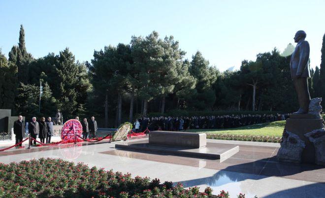 Представители ПЕА у могилы Гейдара Алиева