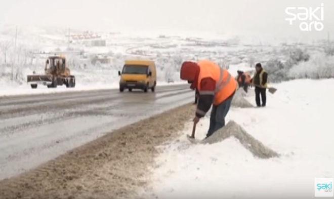 Ağsu aşırımında yol buz bağladı, hərəkət çətinləşdi