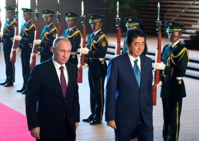 Japanese prime minister arrives in Moscow