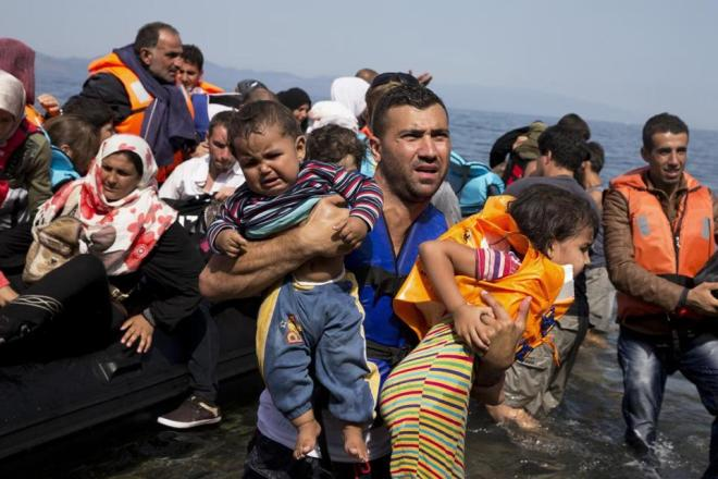 Greece moves more migrants to mainland