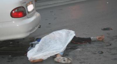 Atasını öldürən sürücünü maşınla vurdu: 1 ölü, 3 yaralı