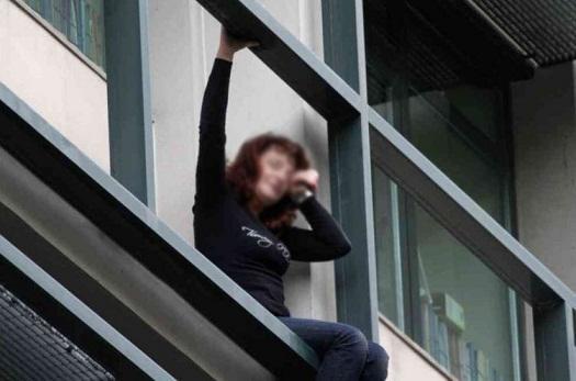 İki kişi binadan düşən qızı göydə tutdu - Video