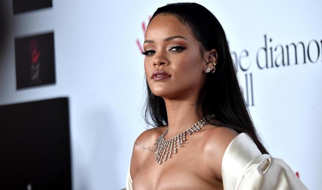 Rihanna atasını pul üstündə məhkəməyə verdi