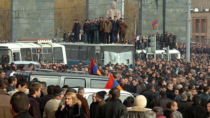 Ordu ayağa qalxdı: Rusiya Nikolu cəzalandırır – Şərh