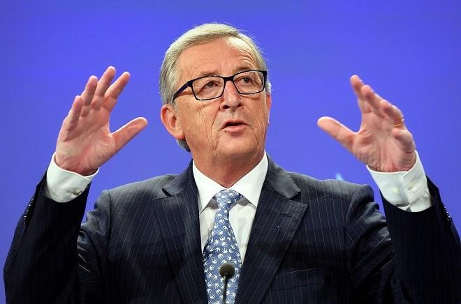 Юнкер на саммите ЕС швырнул на пол пачку документов