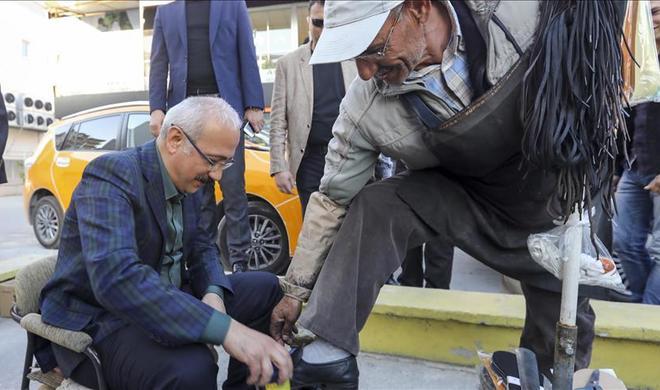 Турецкий министр стал чистильщиком обуви