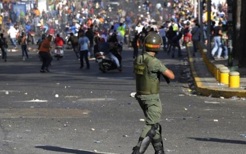 Maduro hərbi üsyanı yatırdı: Milli Qvardiya hərəkətə keçdi