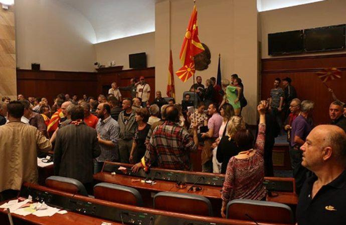 Parlament ələ keçirildi, deputatlar girov götürüldü - Video