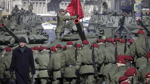 روس تانکلاری قیرمیزی میدانا چیخاریلدی