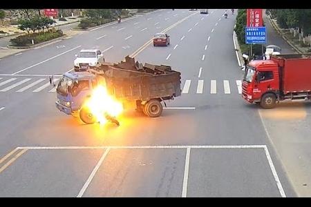 Ağır qəza: Bakıda skuter maşına belə çırpıldı - Video