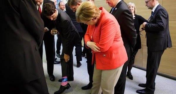 Baş nazir corabını göstərdi, Merkel şoka düşdü - Foto