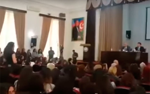 Rektorla mübahisə etdi, tələbələr alqışladı - Video