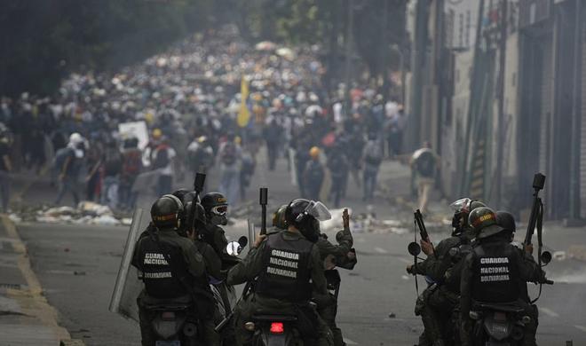 Siyasi üsyan Venesuelada can aldı: Dünya iki yerə bölündü