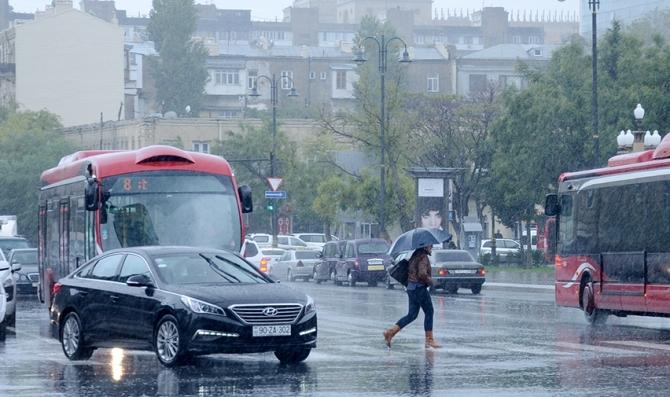 Sərnişin avtobusunun yağışlı yolda sürəti... - Video
