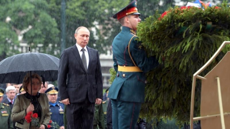Güclü leysan başladı, Putin çətirdən imtina etdi - Video
