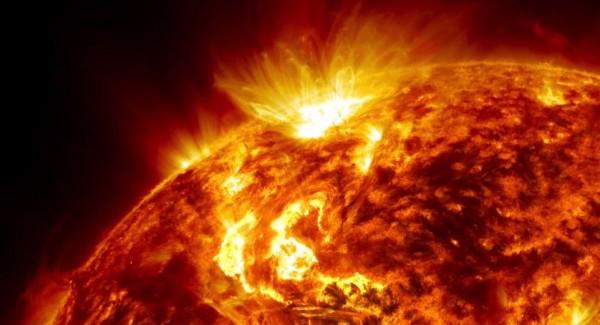 """В НАСА раскрыли тайну """"огненных волос"""" Солнца"""
