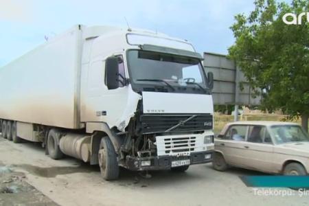 """Rusiyaya tərəvəz daşıyan """"Volvo"""" qəza törətdi - Video"""