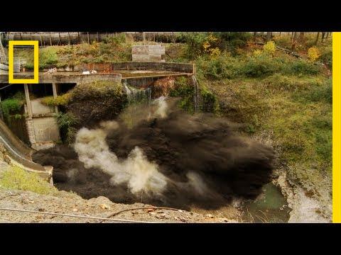 98 illik su anbarı belə partladıldı - Video