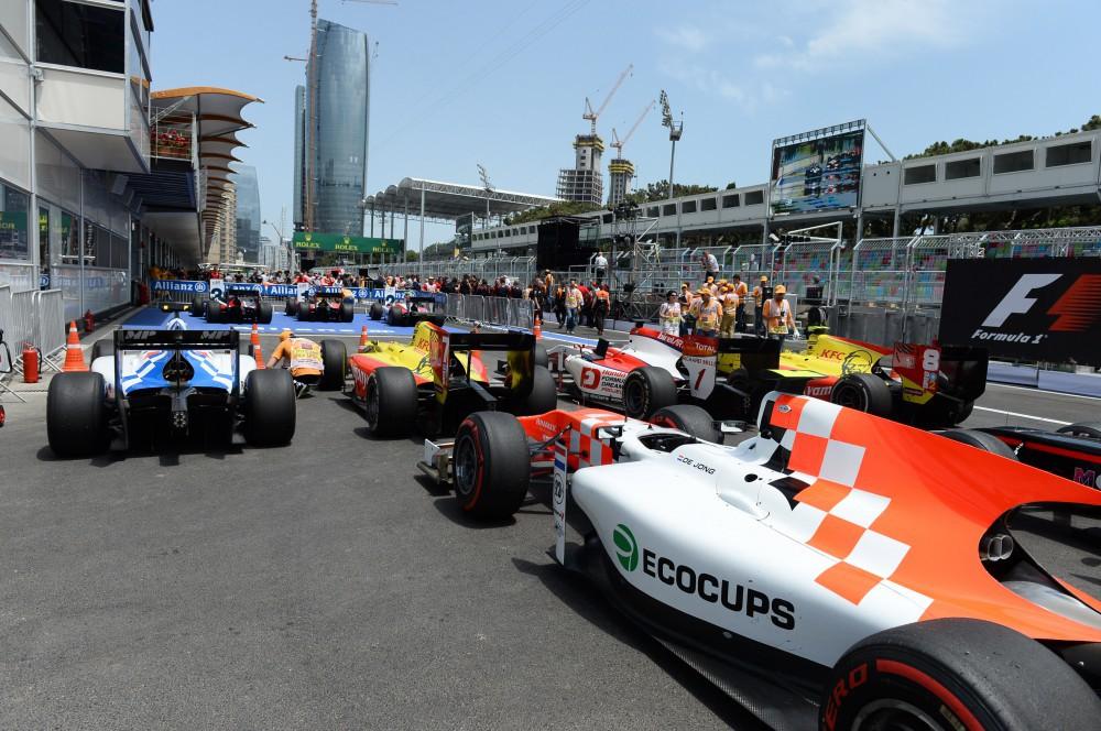 Болиды Гран-при Азербайджана Формулы 1 доставлены в Баку