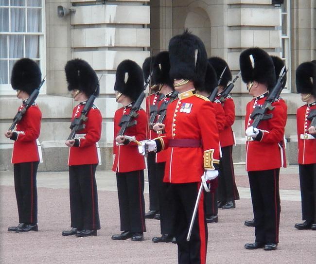 Караул у Букингемского дворца возглавила женщина - Фото