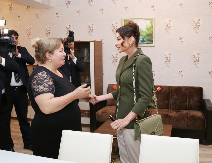 Мехрибан Алиева выдала квартиры переселенцам - Фото