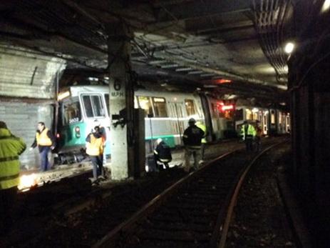 В Нью-Йорке два вагона метро сошли с рельсов