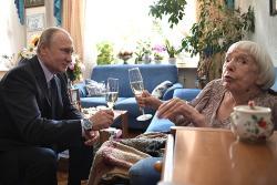 Правозащитница Алексеева поцеловала руки Путина - Фото