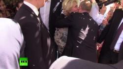 На Арбате прохожая поцеловала Путина - Видео