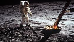 Сумку Армстронга с лунной пылью продали за $1,8 млн