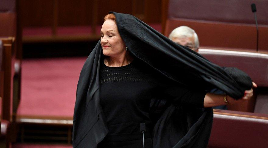 Deputat çadra ilə parlamentə gəldi və...  – Foto