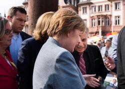 Azərbaycanlı həkim Merkellə nədən danışdı?