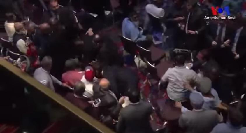 اردوغانا نیویورکدا اعتراض ائدن شخصی دؤیدولر - ویدئو