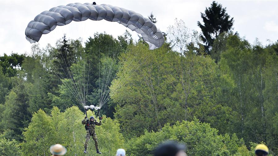 Десантник приземлился на женщину с ребенком в Праге