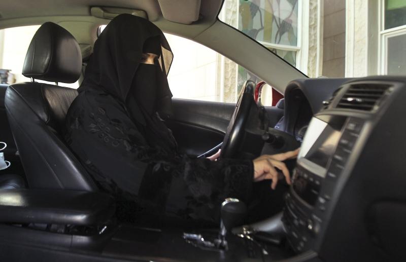 Саудовским женщинам разрешат водить мотоциклы и грузовики