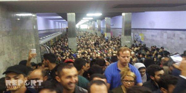 Sərnişinlər stansiyada düşə bilmədi – Metroda olay
