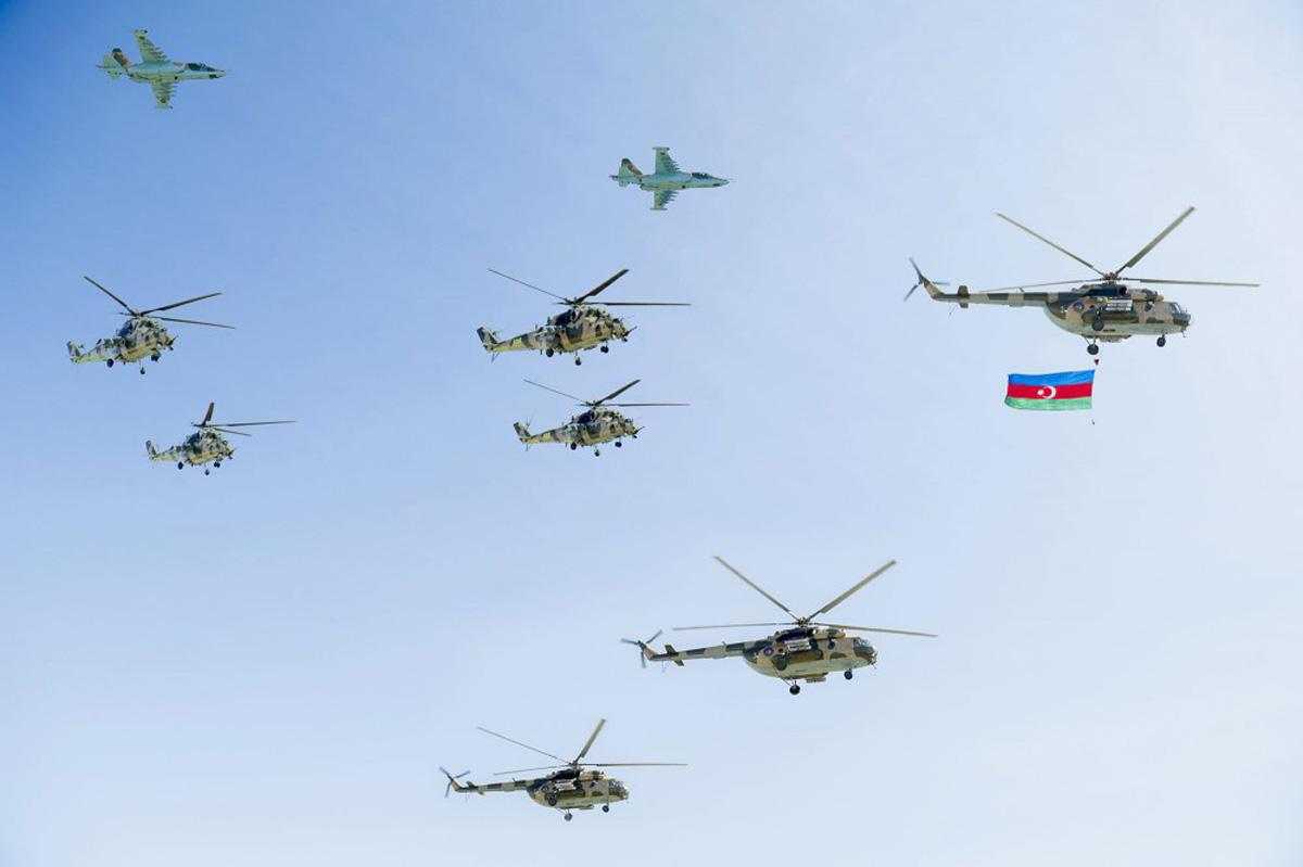 Qırıcı və helikopterlərimiz Bakı səmasında
