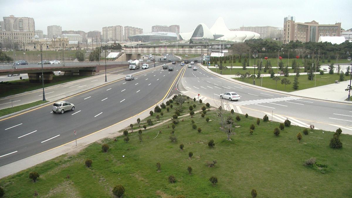 Ограничивается движение на одной из дорожных развязок Баку