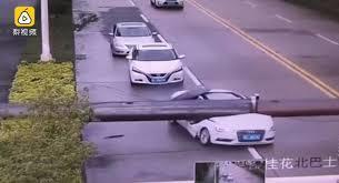Maşının üstünə kran düşdü: sürücü... - Video