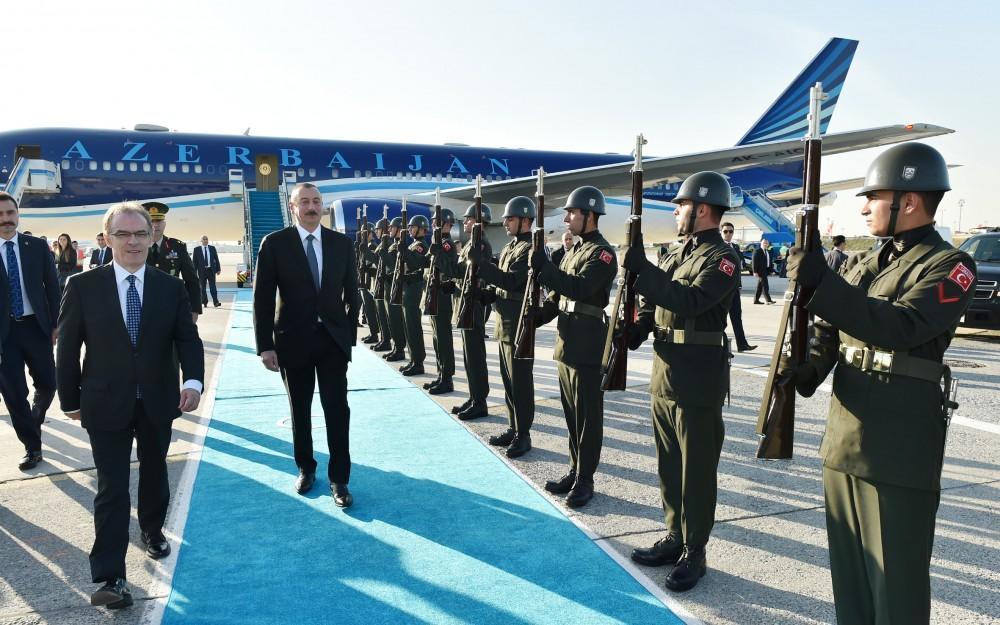 Ильхам Алиев прибыл в Стамбул - Фото