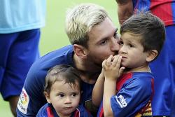 Messi's son sings in Catalan - Video