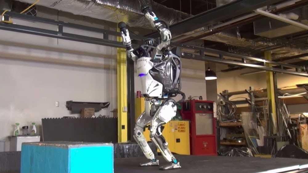 داها بیر ایلک: سالتو ووران روبوت - ویدئو