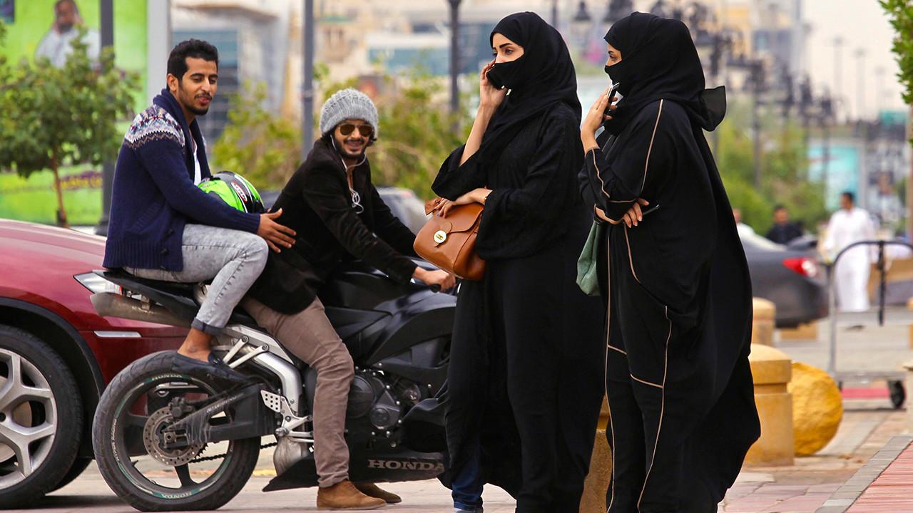 В Саудии арестовали мужчину за разговор с женщиной - Видео