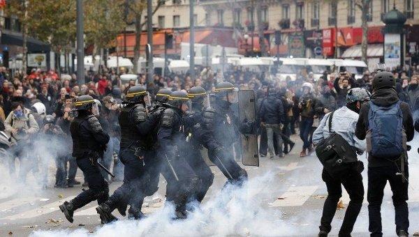 В Париже демонстрантов разогнали слезоточивым газом
