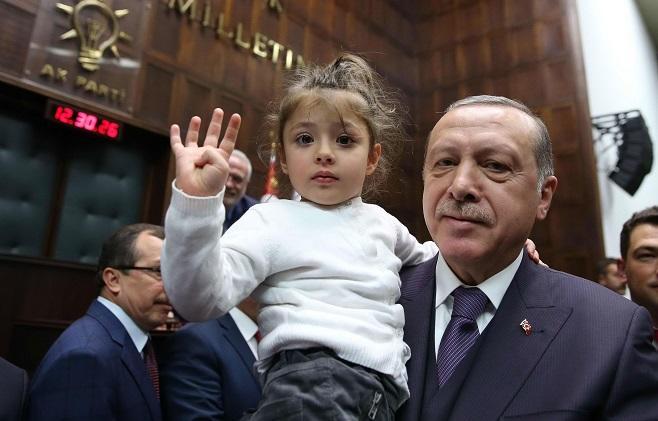 اوشاق چاغیردی، اردوغان چیخیشینی یاریمچیق کسدی... - ویدئو