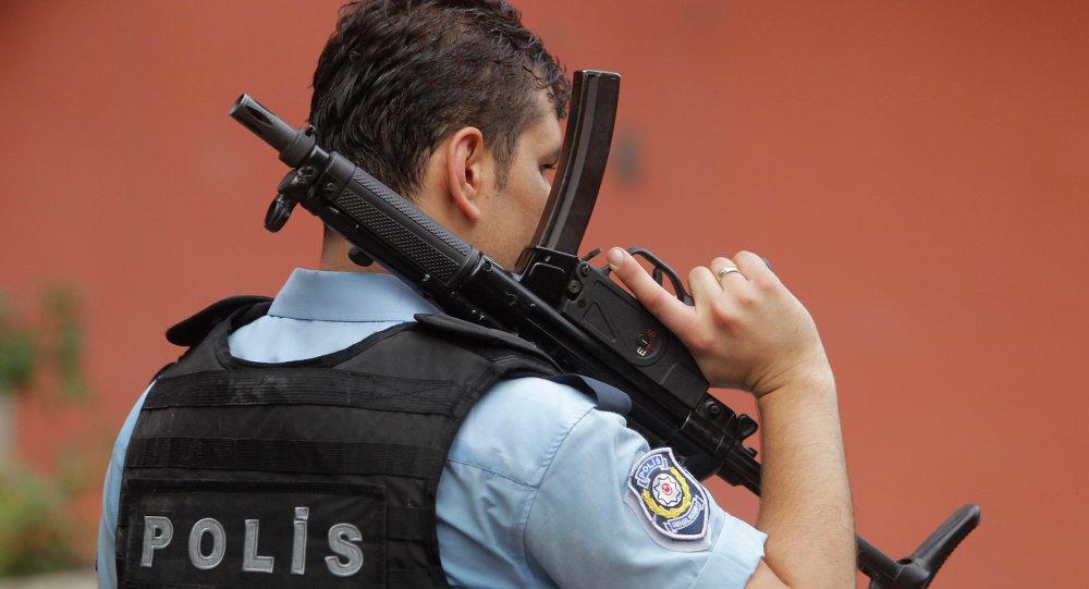 Türkiyə bayrağını söküb, yerə atdı - Polis onu axtarır