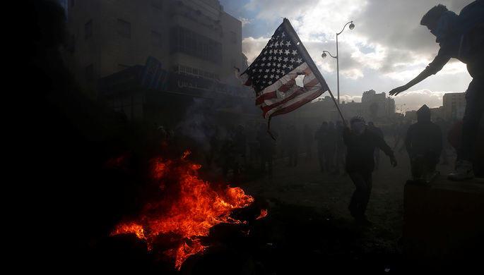 Протестующих у посольства США в Ливане разогнали водометами
