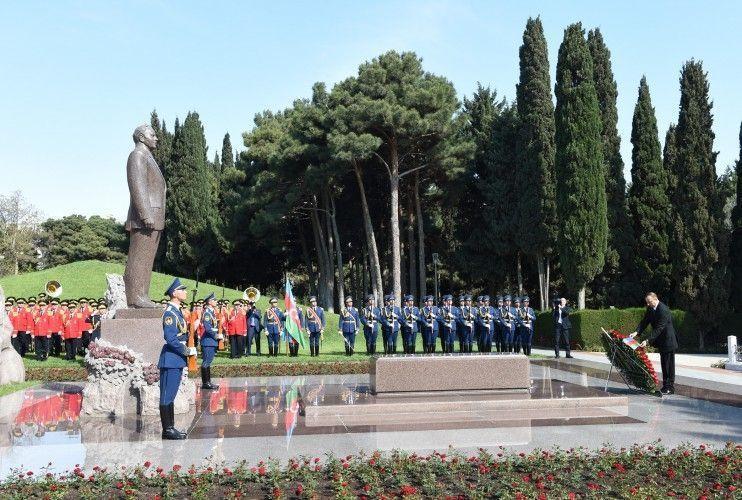Президент посетил могилу Гейдара Алиева