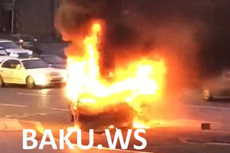 Bakının mərkəzində maşın od tutub yandı - Video